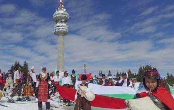 Голямото ски спускане със знамена и носии